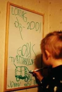 Pojke 4 år skriver dagbok